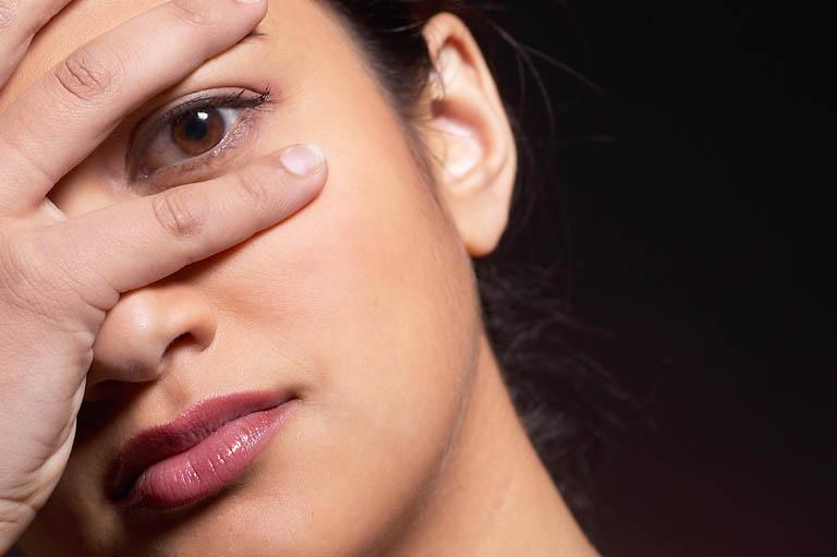 Как убрать припухлости под глазами