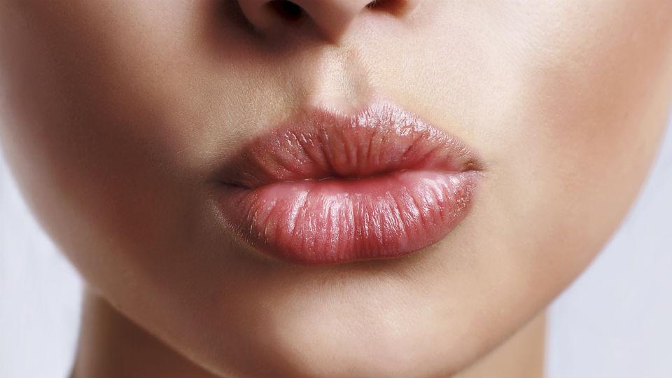 Как устранить сухость и шелушение губ?