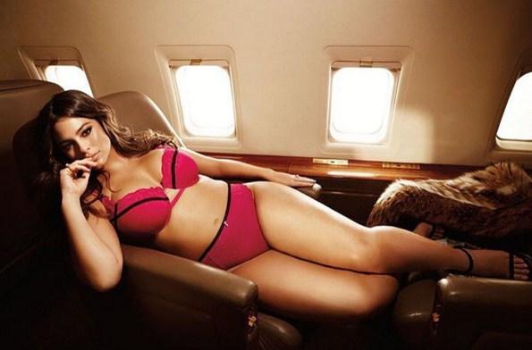 Plus size модель впервые попала в Sports Illustrated
