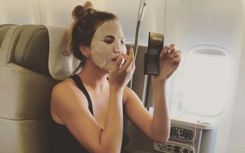 Звездный тренд: селфи с маской на лице
