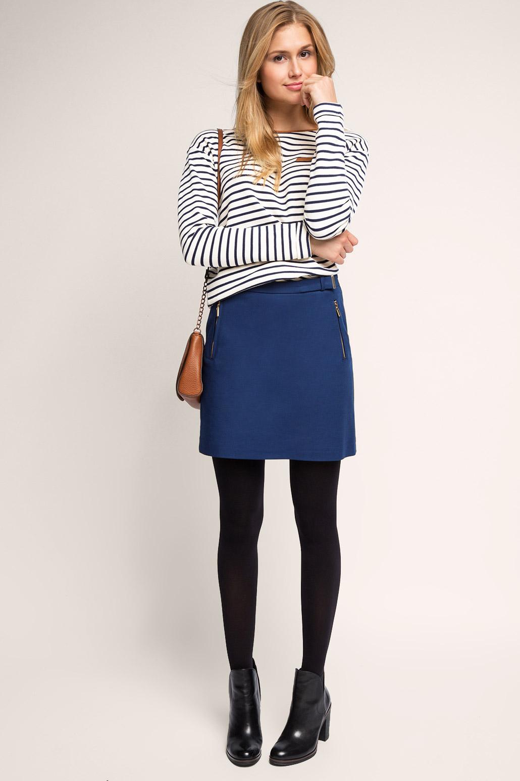 Черные колготки и синяя юбка