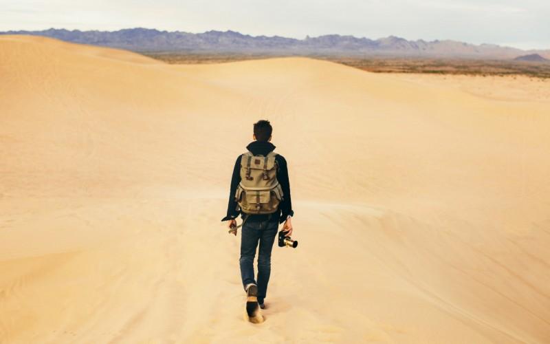 paren-muzhchina-pesok-pustynya