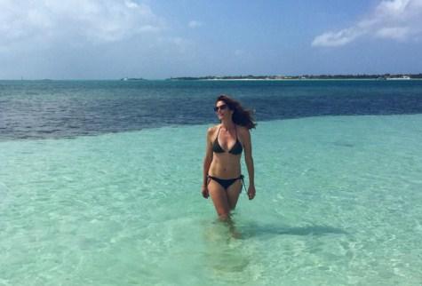 Уроки пляжного селфи от Синди Кроуфорд