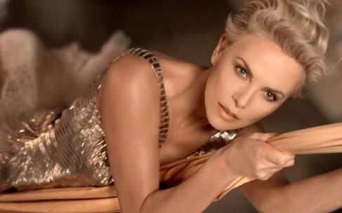Шарлиз Терон в рекламе J'Adore Lumiere от Dior