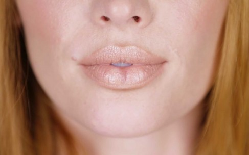 Как сделать губы пухлыми с помощью макияжа: видеоурок
