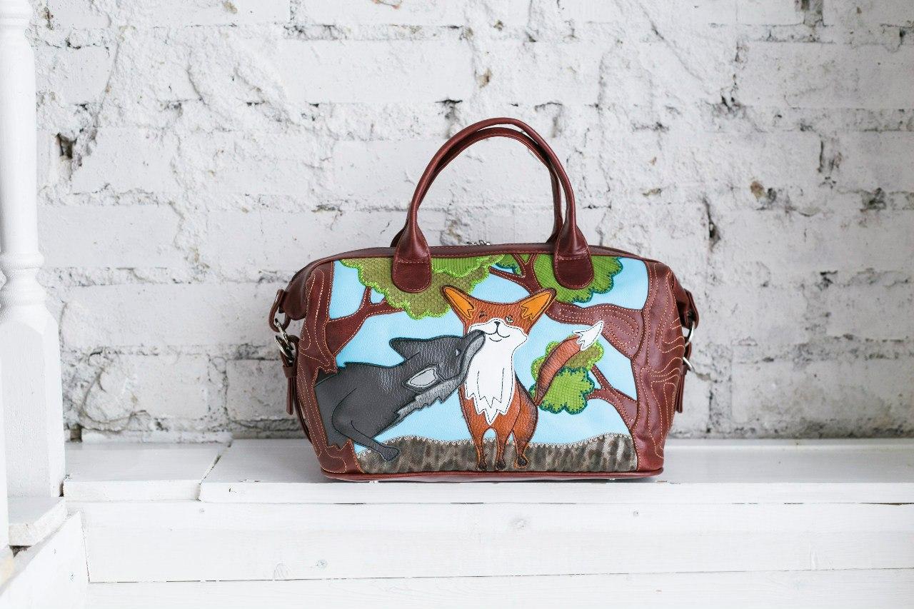 1ae92aacb02e Некоторые сумки украшены картинами российских художников, такая техника  напоминает пэчворк с разноцветными кусочками кожи.