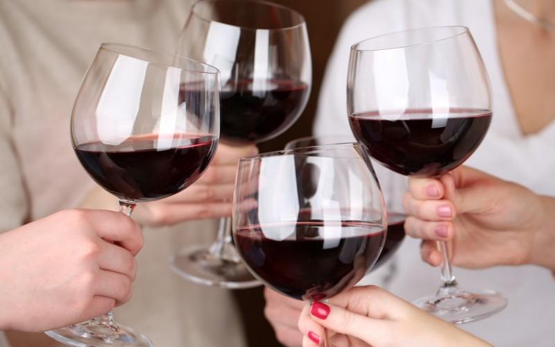 bokaly-tost-vino-lyudi-prazdnik