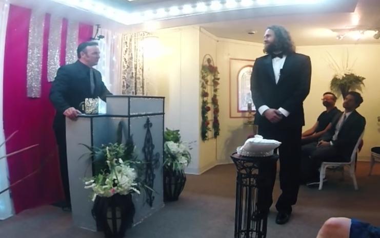 Мужчина женился на своем смартфоне