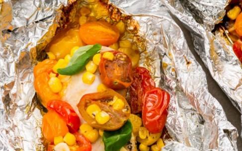 Здоровое питание: курица в фольге с томатами и кукурузой