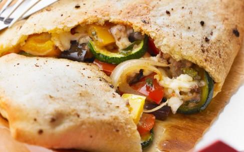 Закрытая пицца «Кальцоне» с сыром