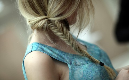Зима: прически с косами для волос средней длины