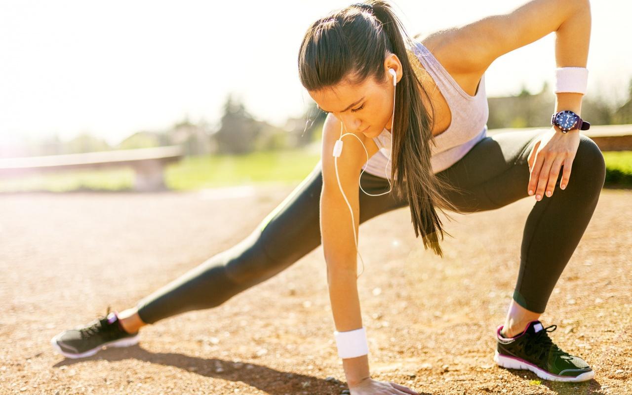 devushka-naushniki-fitness-sport