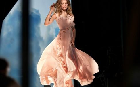 Наталья Водянова представила платья из мусора
