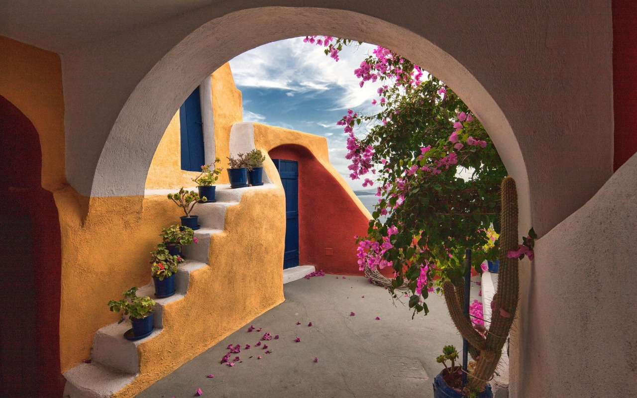greciya-patio-cvety-zdanie