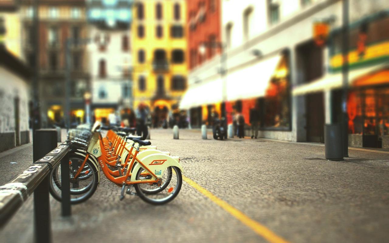 gorod-ulica-velosiped-stoyanka