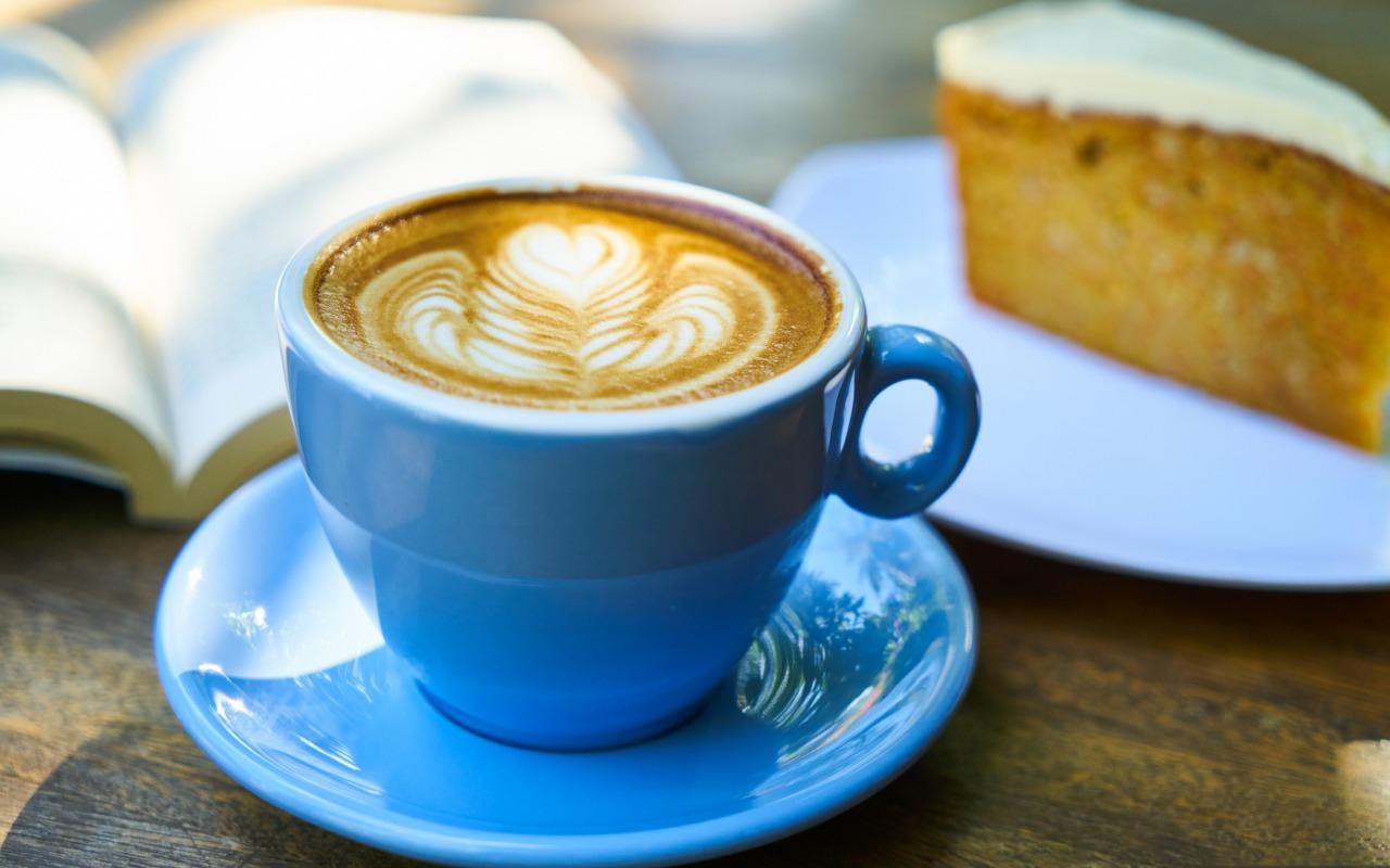 kofe-chashka-tarelka-penka-pirog-zavtrak-kniga