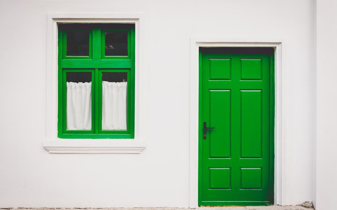 stena-dom-okno-dver-zelenyy