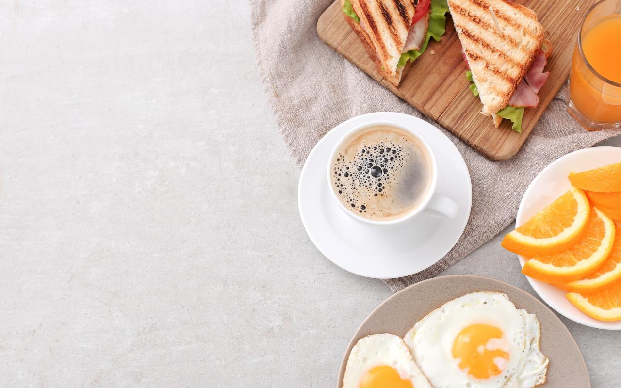 zavtrak-kofe-iaichnitsa-tosty-apelsin