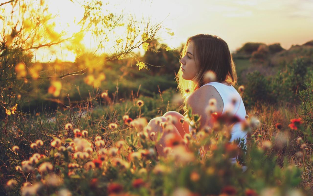 leto-solnce-devushka-na-prirode