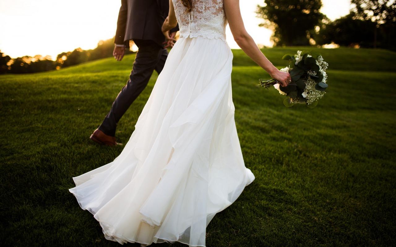 svadba-zhenikh-nevesta-buket-beloe-plate-smoking-kostium-vli