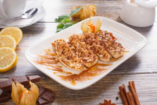 Простой десерт: бананы с орехами и медом