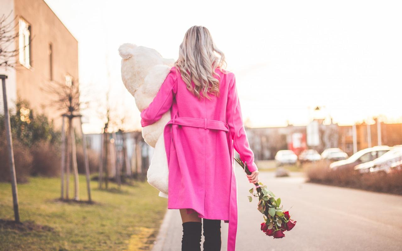 devushka-blondinka-palto-3759