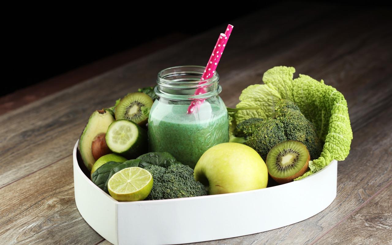 napitok-smuzi-ovoshchi-frukty-banka-avokado-kivi-iabloko-lim