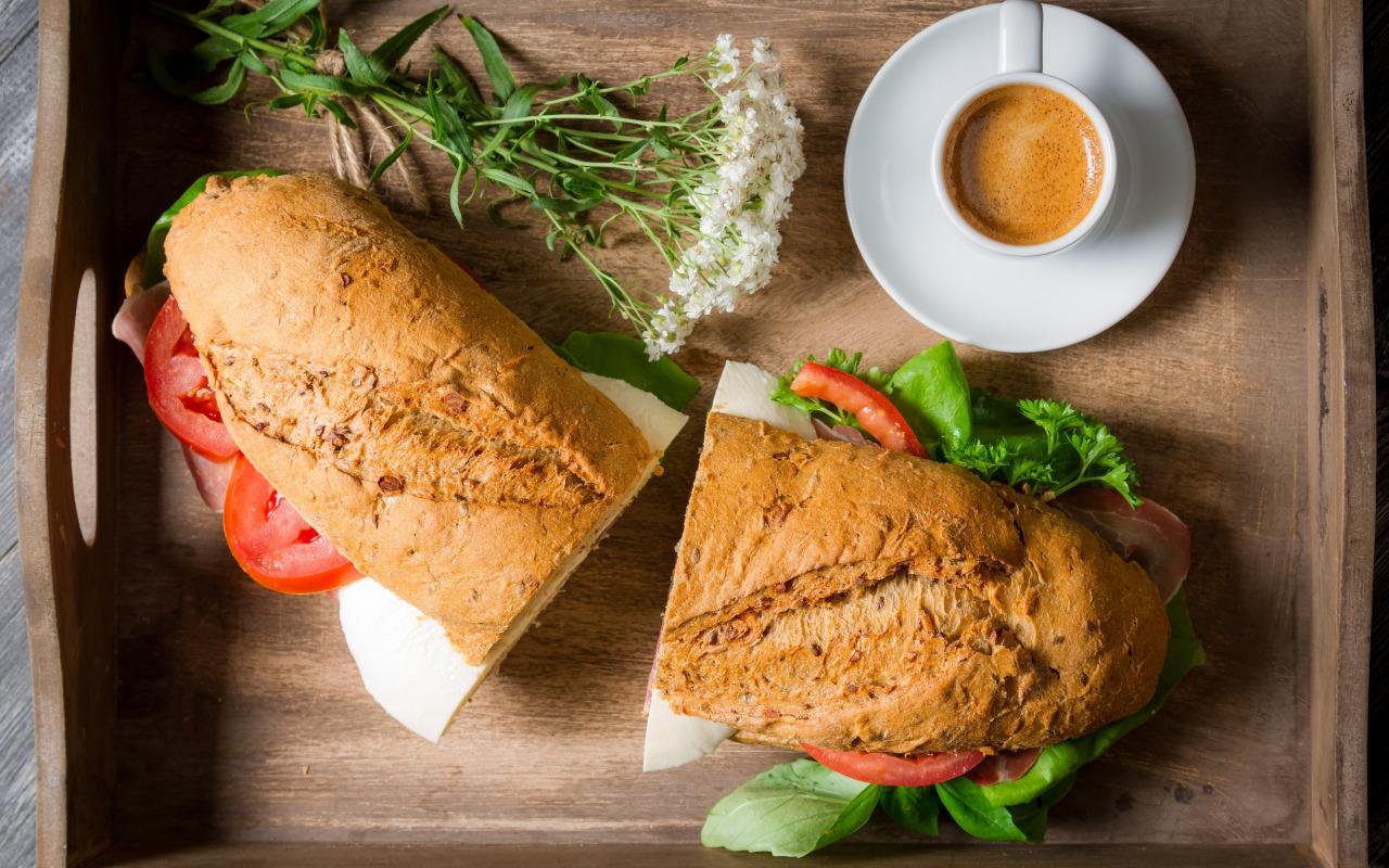 sendvich-kofe-zavtrak-cvety