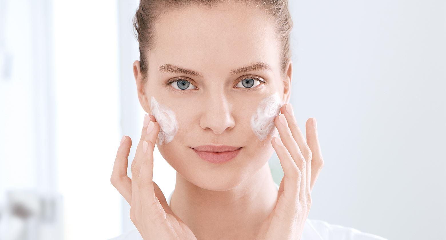 Eucerin-INT_DermoPure_Article_620-skin-care-routine_header-01