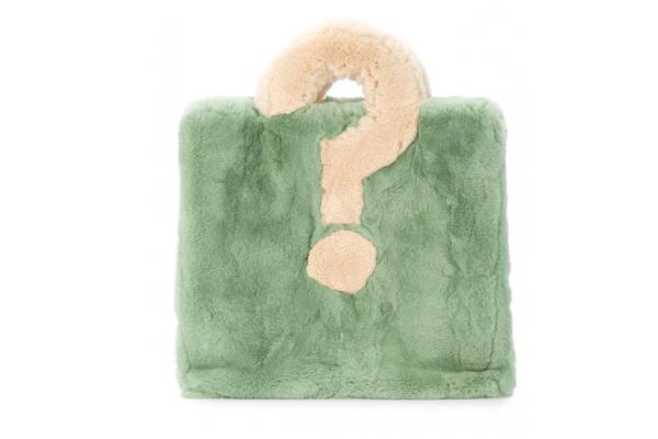 Как и с чем носить цветной мех?