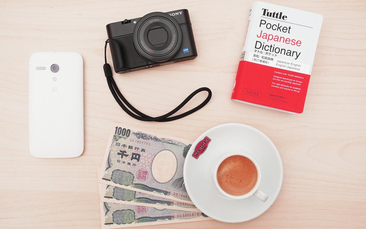 gadzhety-sony-motorola-iena-smartfon-kofe-chashka-kapuchino