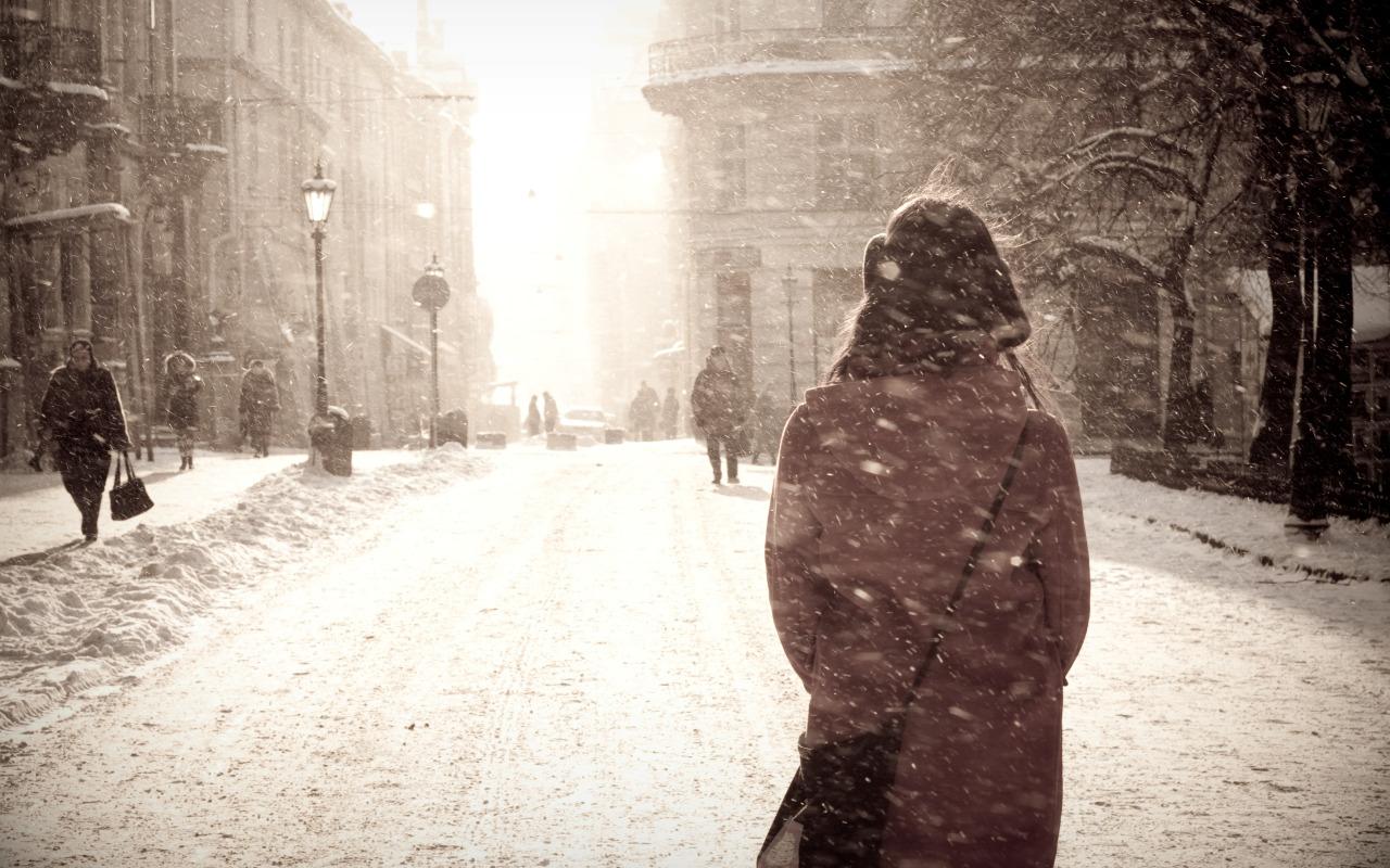 sneg-metel-zima-gorod-devushka