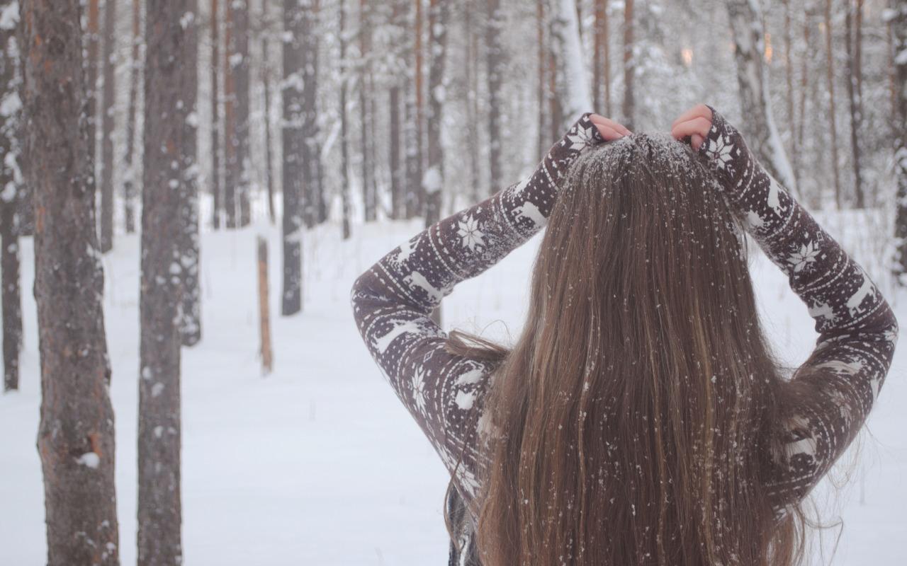 devushka-zima-sneg-derevya