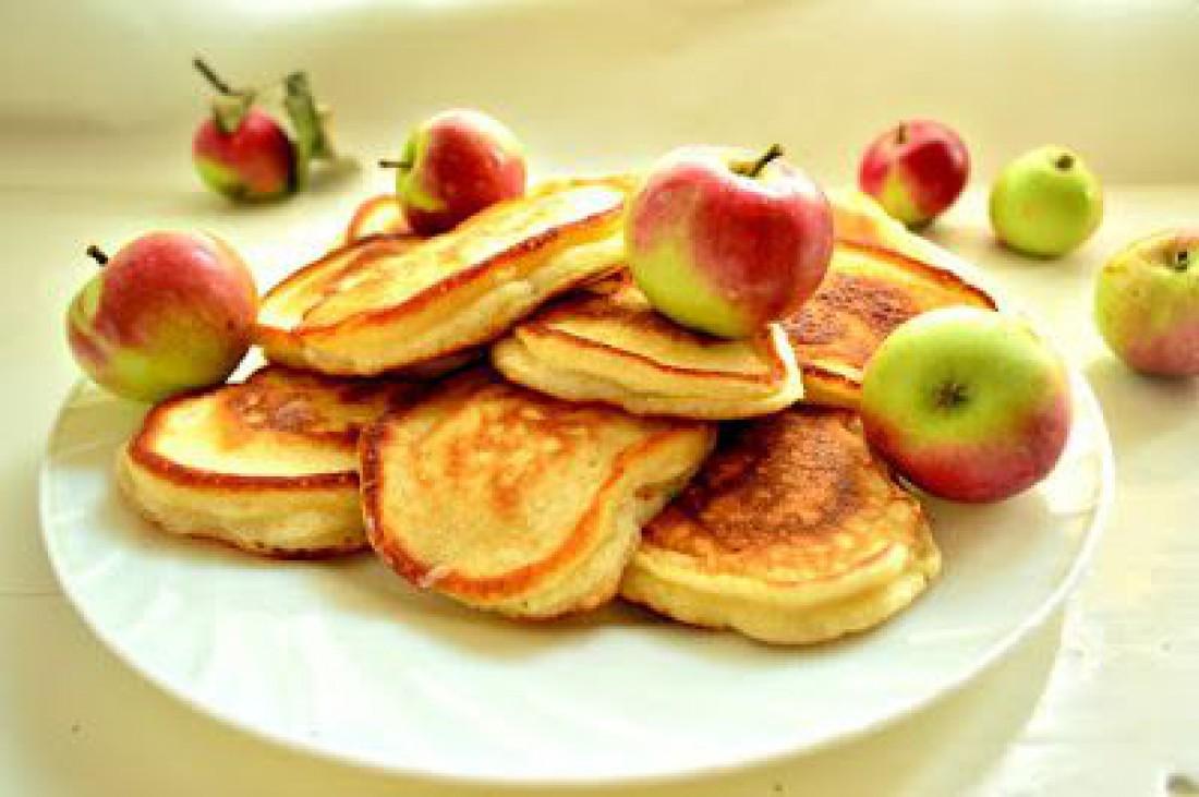 Яблочные оладьи: как приготовить к завтраку