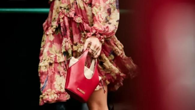 Тренд сезона — красная кожаная сумка