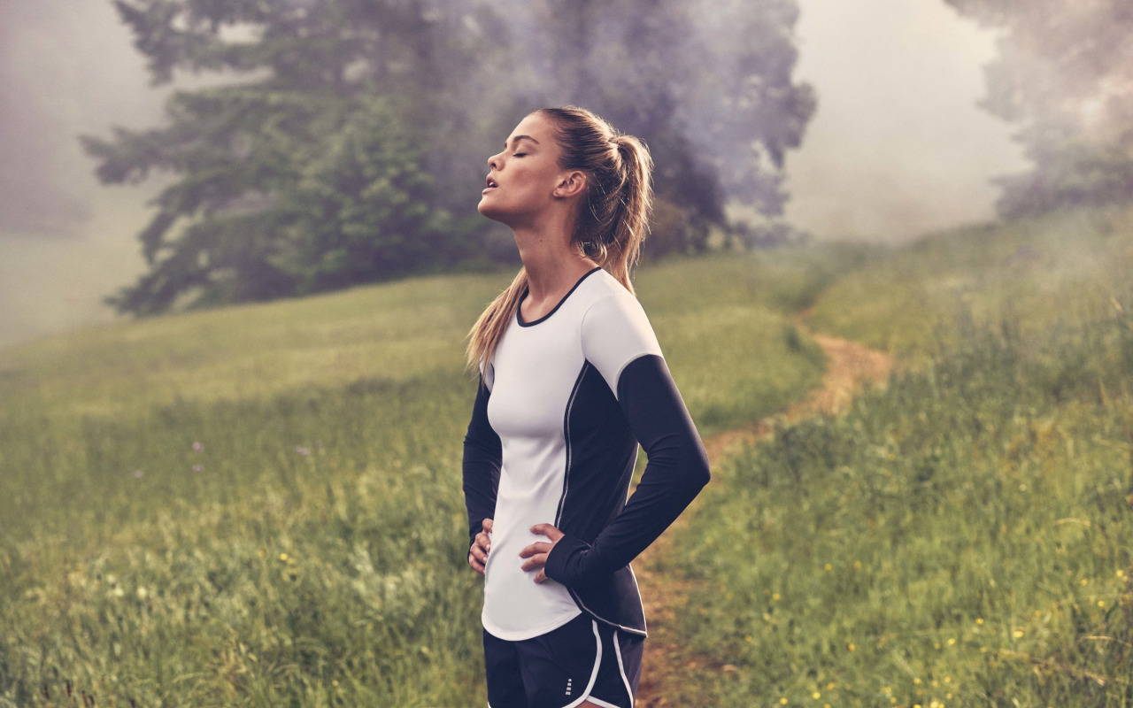 nina-agdal-model-fitness-sports-form-uniform-shorts-breathin