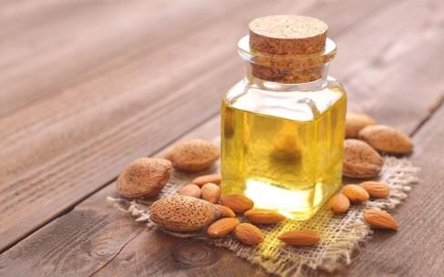 Миндальное масло: польза для лица