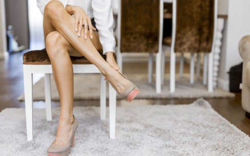 Как визуально удлинить ноги и сделать их стройнее?