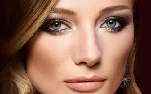 Нависшее веко: как скрыть с помощью макияжа?