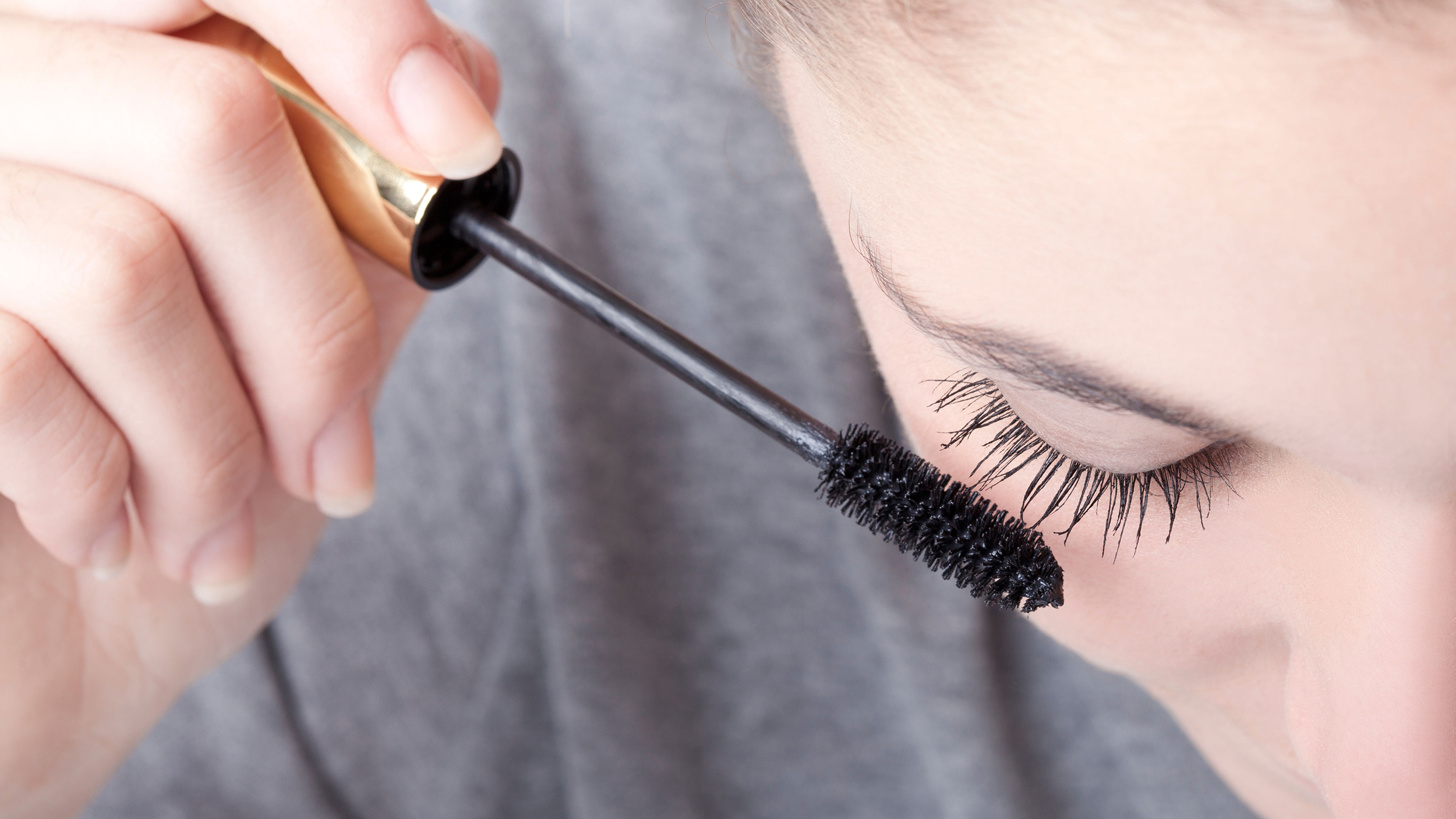 DTGHEP teenage girl applying mascara