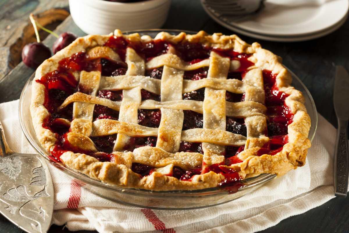 Домашний пирог с вишней: быстрый рецепт