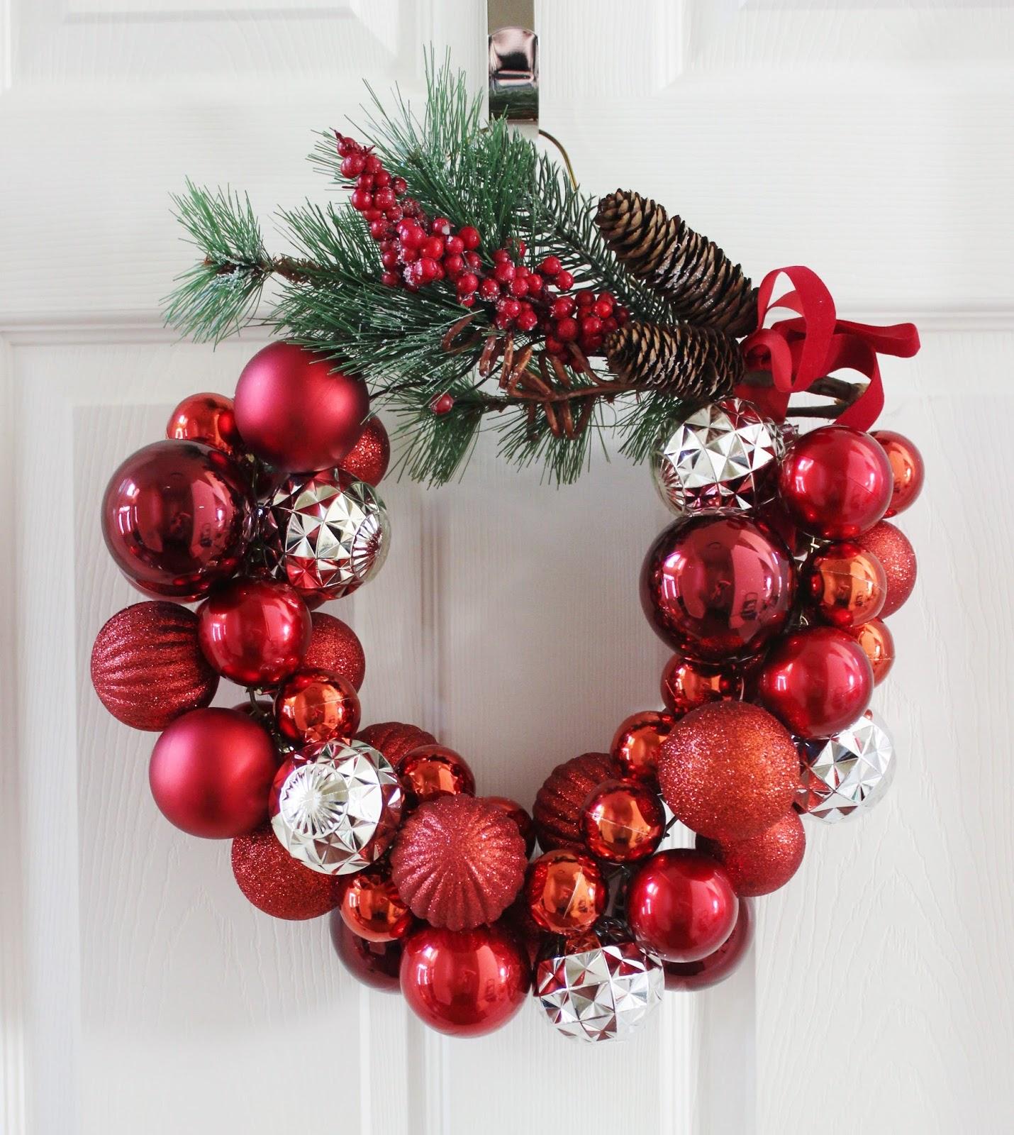 Как сделать новогодний венок из елочных шариков?