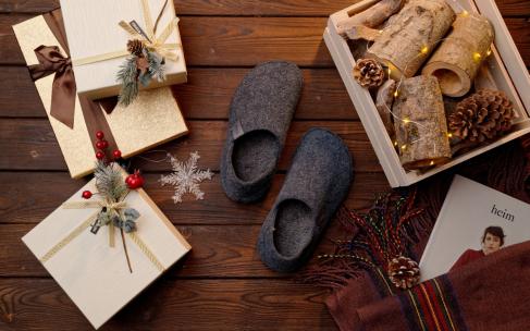 Праздники дома: теплые тапочки Crocs