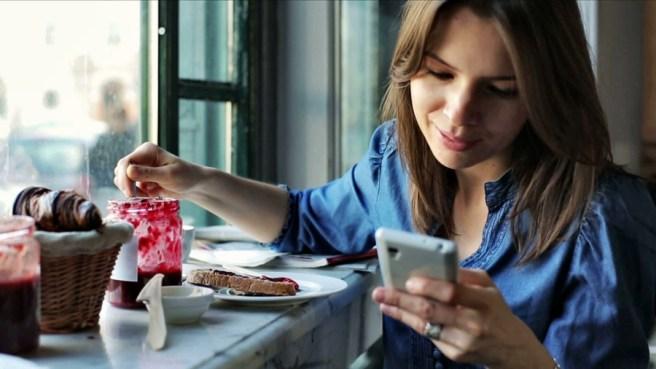 devushka-smotrit-v-smartfon