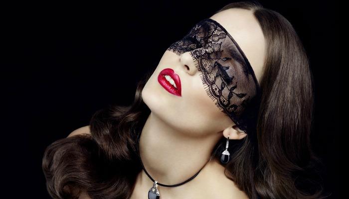 zena-sa-maskom