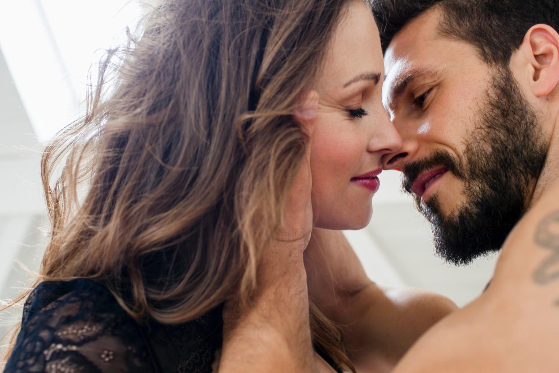 zena-i-bradati-muskarac-se-ljube