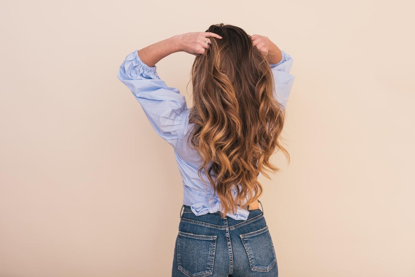 Как скрыть отрастающие корни волос?