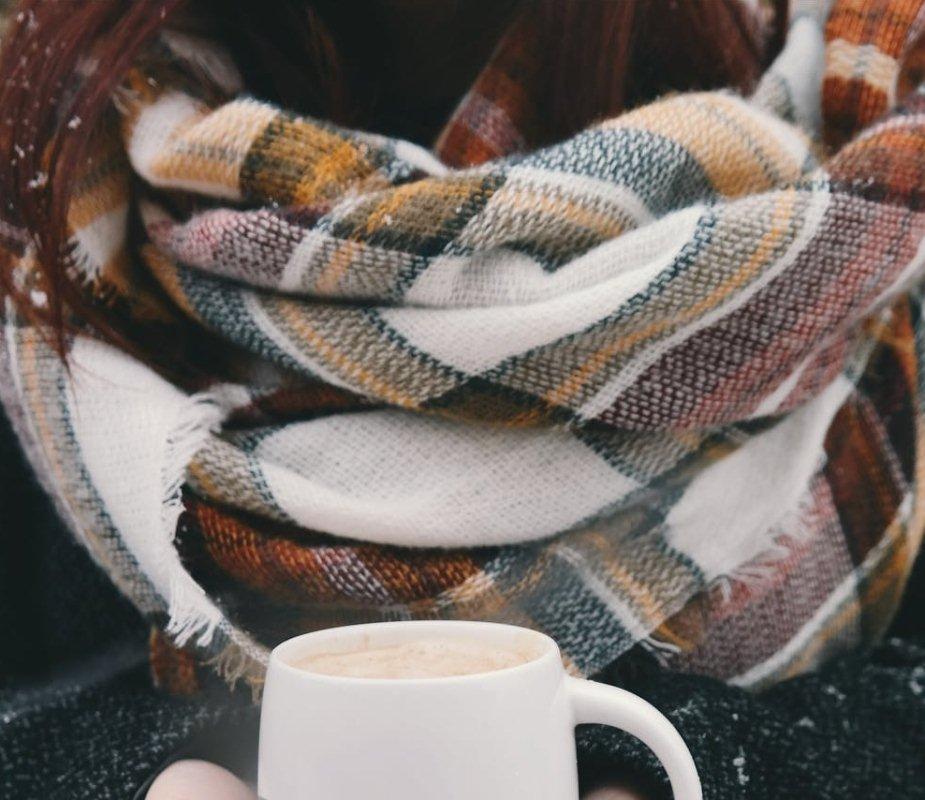 Как носить большой шарф в клетку?