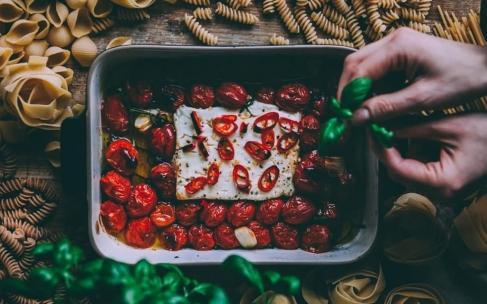 Паста с запеченной фетой и помидорами
