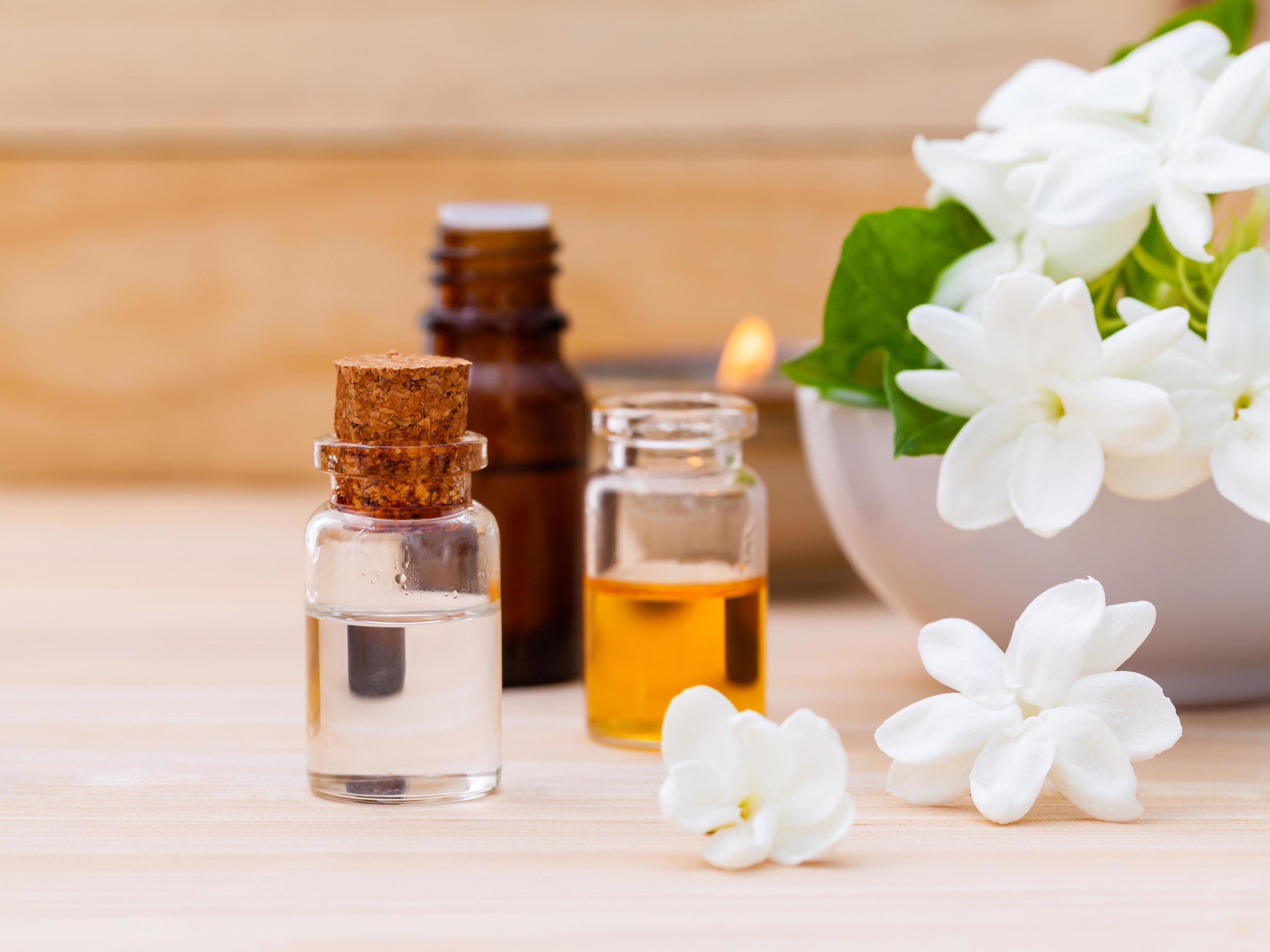 aroma-oil-bottles-arranged-with-jasmine-free-photo